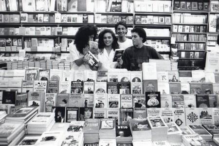 A 18 anni durante il periodo della scolastica nella libreria Puccini con un collega (quello brutto!) e due amiche. La foto ci fu scattata da un fotografo de Il Giorno, Mario Taito